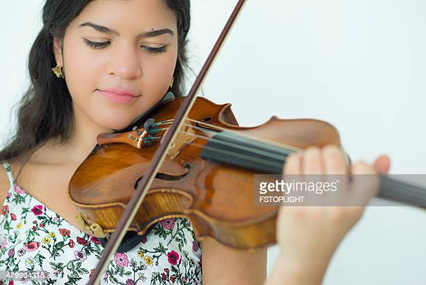 Junge Frau mit Geige