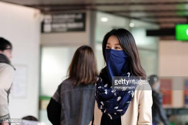 路上を歩く首の歩行器を身に着けている若い女性 - ゲートル ストックフォトと画像