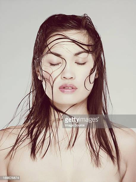 Junge Frau mit nassen Haaren