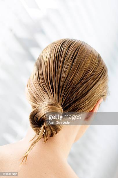 young woman with wet hair, view from the back, close up (studio) - personnes belles photos et images de collection