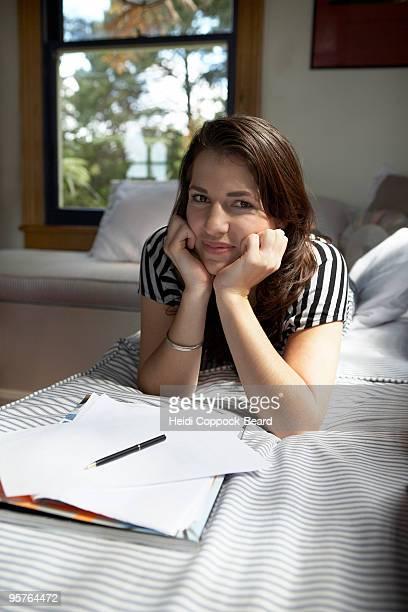 young woman with writing paper - heidi coppock beard imagens e fotografias de stock