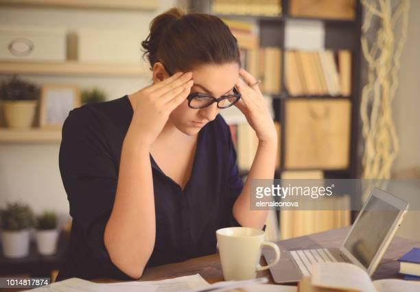 joven trabajando en casa (de cabeza) - cyberbullying fotografías e imágenes de stock