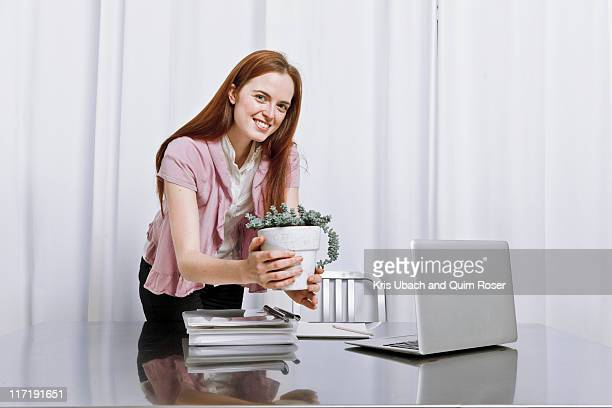 young woman working at home - 位置付ける ストックフォトと画像