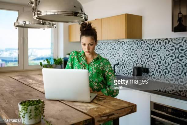 jovem trabalhando em casa - izusek - fotografias e filmes do acervo
