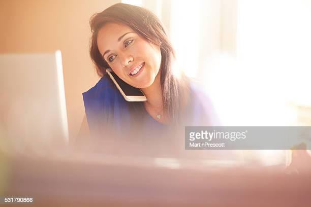 Jovem mulher a trabalhar a partir de casa