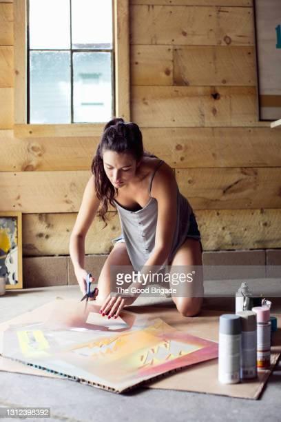 young woman working in art studio - kunst, kultur und unterhaltung stock-fotos und bilder