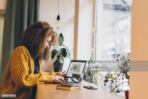jeune femme travaillant sur un ordinateur portable - copy space photos et images de collection