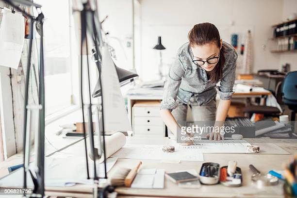 young woman working on a project - ontwerper stockfoto's en -beelden