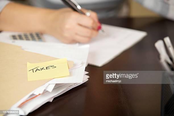 Mujer joven trabajando en impuestos