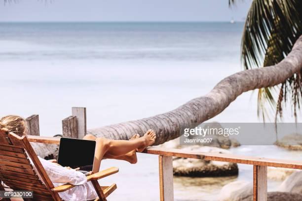 Jonge vrouw die werkt op het strand