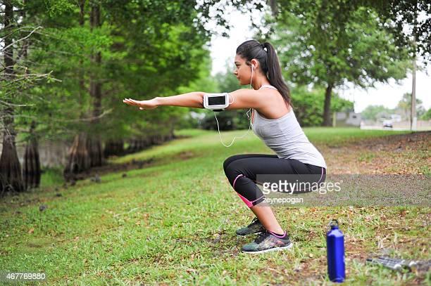 Junge Frau Training in einer ruhigen Umgebung.