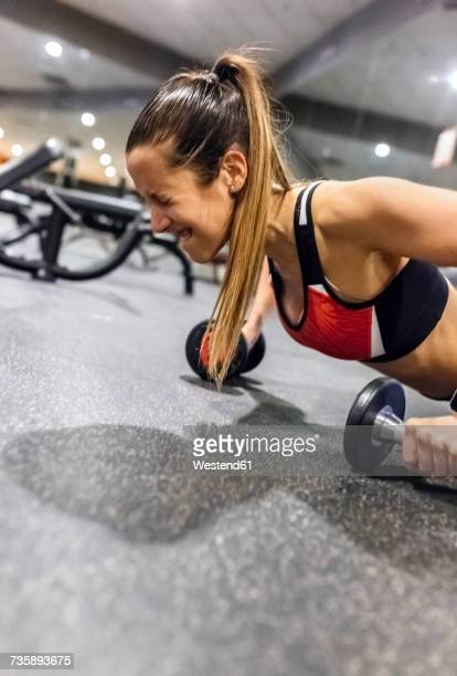 young woman working out in gym - grimacing stock pictures, royalty-free photos & images