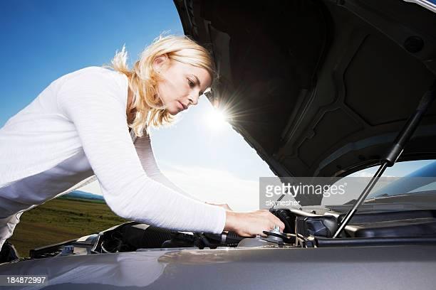 Junge Frau besorgt, weil Sie Ihr Auto kaputt ist.