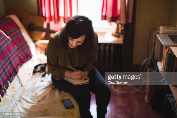 young woman writing - compositor de música - fotografias e filmes do acervo