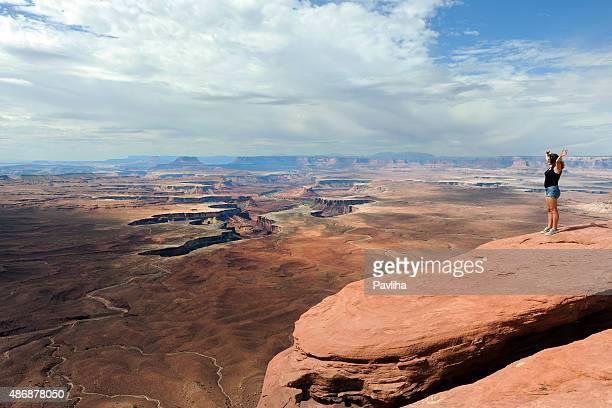 Junge Frau, die Hände heben, genießen Sie den Ausblick auf den Grand Canyon, USA