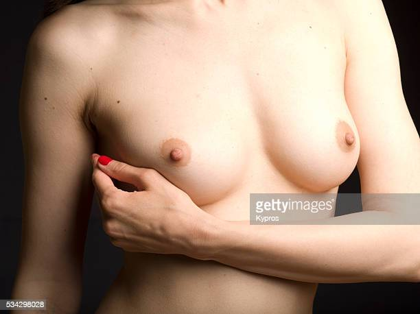 young woman's breasts with arm nude - nackte frau brüste stock-fotos und bilder