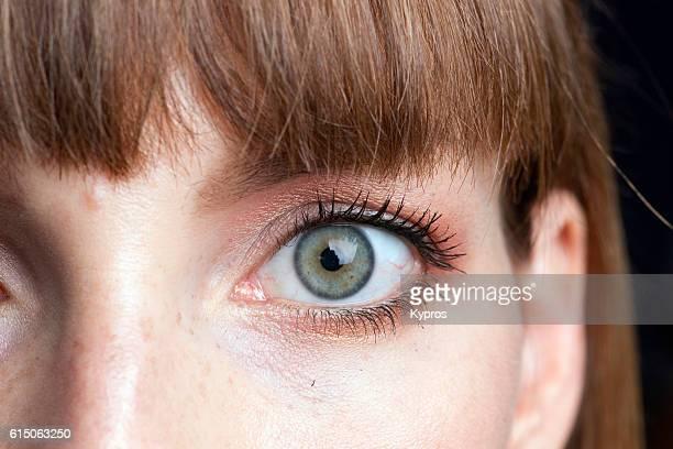 young woman's eye close-up - iris ojo fotografías e imágenes de stock