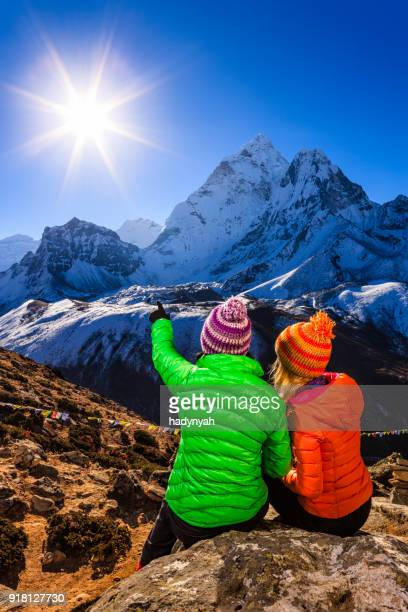 若い女性の日の出をご覧になりながら、ヒマラヤ、エベレスト山国立公園
