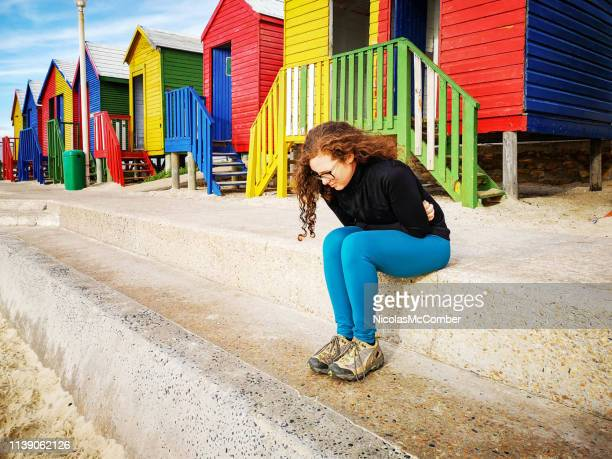 ジョギング後の腹部けいれんに苦しむ若い女性 - 下痢 ストックフォトと画像