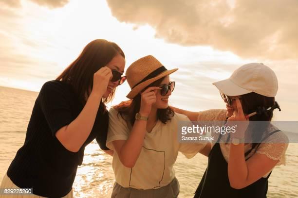 若い女性と日没。 - 自然な状態 ストックフォトと画像