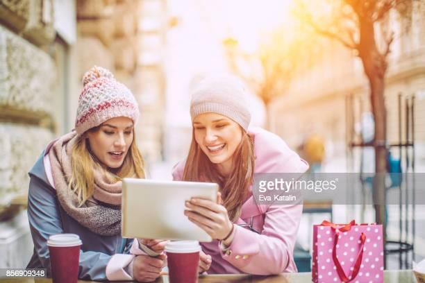 Junge Frauen haben Spaß in einem Coffee-shop