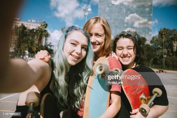 young women at skateboard park - geração z imagens e fotografias de stock