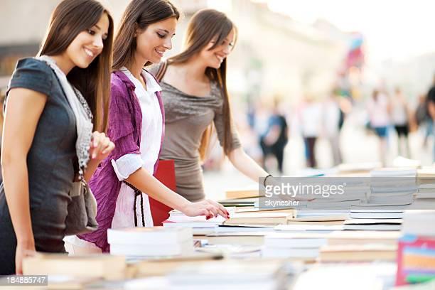 若い女性の書籍を購入しています。