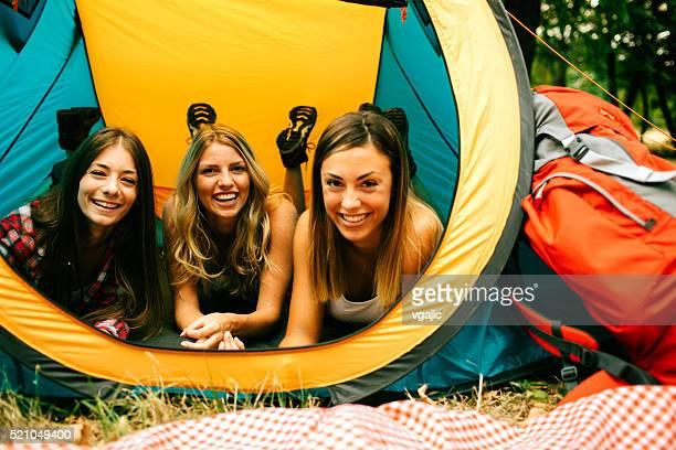 mulheres jovens acampamento em conjunto. - só mulheres jovens - fotografias e filmes do acervo