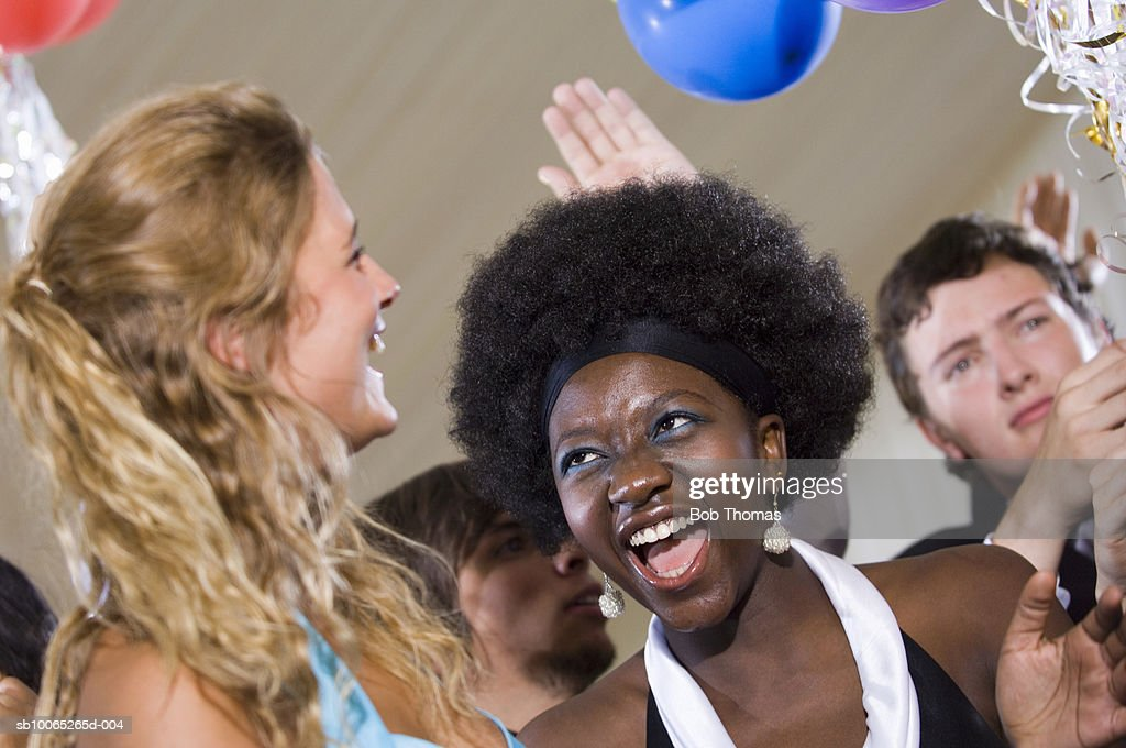 Young women dancing at party, laughing, close-up : Foto stock