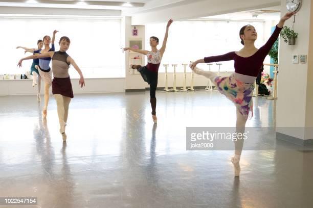 スタジオで踊る若い女性 - バレエ ストックフォトと画像