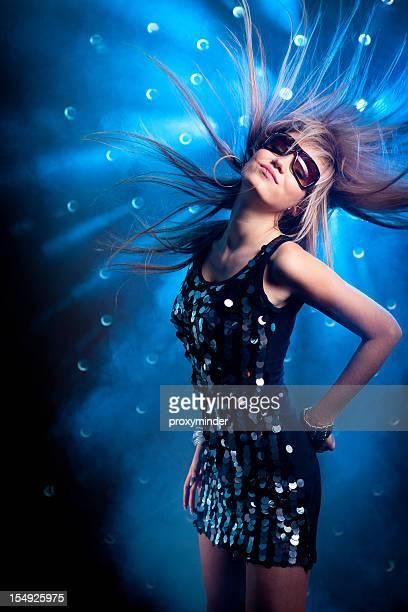 Junge Frauen Tanzen auf rauchendem disco Hintergrund