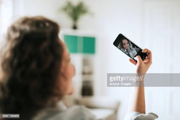 junge frauen tun selfie auf sofa - selbstportrait stock-fotos und bilder