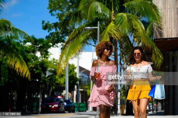 young women enjoying city life on sunny day - miami foto e immagini stock