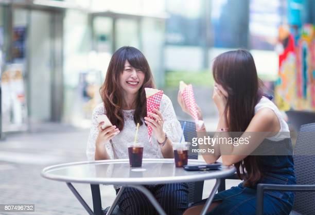 Junge Frauen genießen