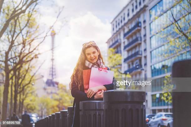 Jeune femme appréciant Shopping à Paris