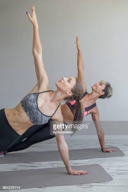 Jeunes femmes exerçant dans la salle de sport