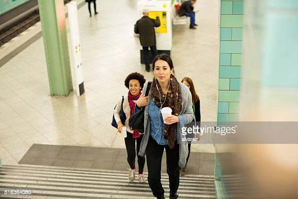 Jeunes femmes en sortant de la station de métro