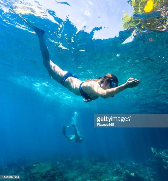 Jeunes femmes gratuitement de plongée en mer tropicale