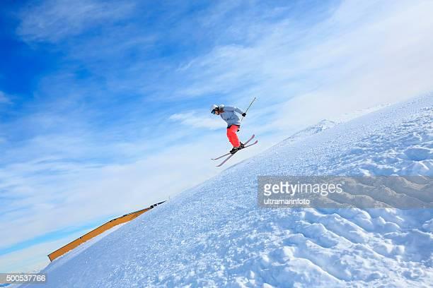 若い女子フリースタイルスキージャンプエクストリームスキーで - マドンナディカンピリオ ストックフォトと画像