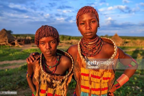 junge frauen aus hamer, omo valley, äthiopien, afrika - afrikanischer volksstamm stock-fotos und bilder