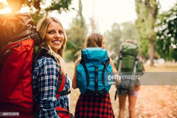 Junge Frauen Wandern In der Natur.