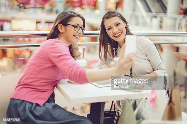 若い女性のコーヒーショップ