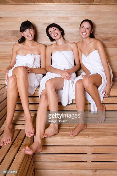 junge frauen in der sauna - sauna stock-fotos und bilder