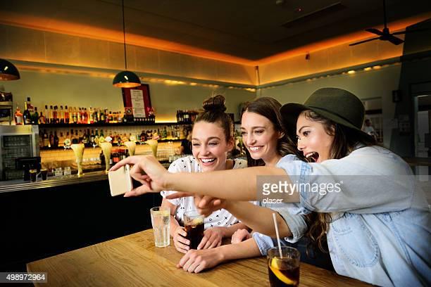 Junge Frauen in der bar selfie von