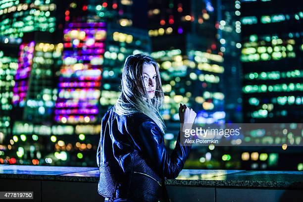Jeunes femmes dans une grande ville du centre-ville dans la nuit.   Moscou, en Russie.