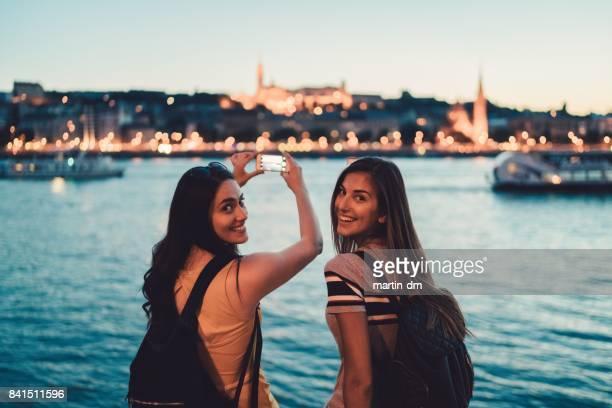 Jeunes femmes à Budapest, souriant à la caméra