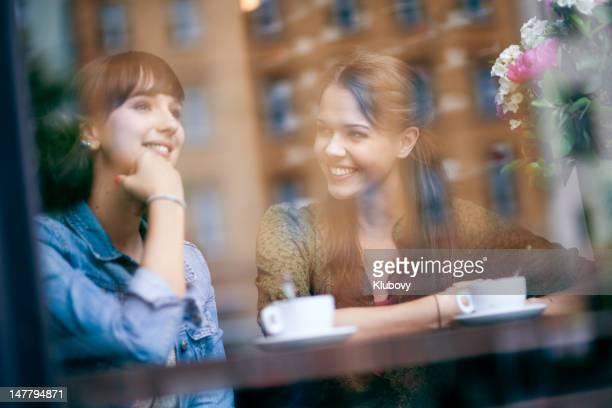 Junge Frauen im Café