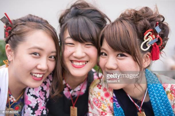こぼれるような笑顔で selfie 写真を撮る日本の祭り衣装の若い女性