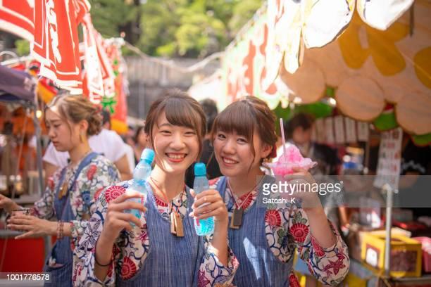 若い女性がかき氷とソーダを保持祭コスプレ - 伝統行事 ストックフォトと画像