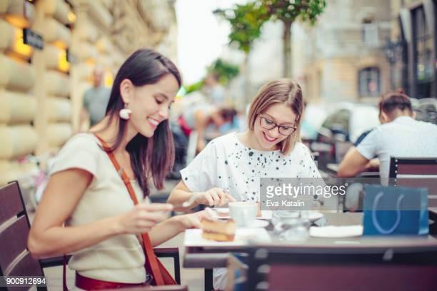 Jonge vrouwen in de stad